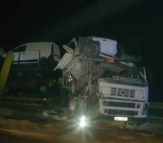 Radule. Wypadek na DK8. W nocy zderzyły się dwie ciężarówki. W chłodnię wjechała laweta (zdjęcia)