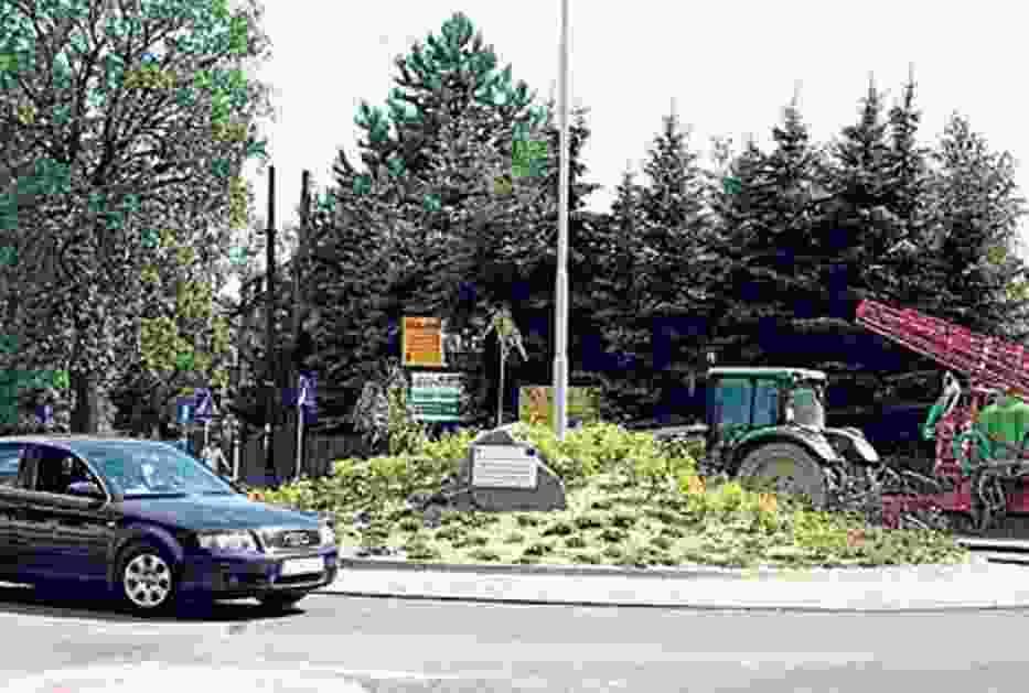 """Rondo Pod Bocianem usprawniło ruch i stało się jeszcze jedną zieloną """"dekoracją""""  w Goczałkowicach"""