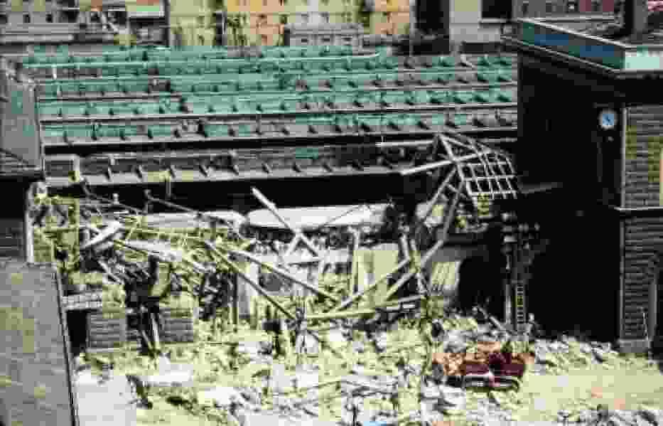 Zniszczony budynek dworca kolejowego w Bolonii po eksplozji (http://commons