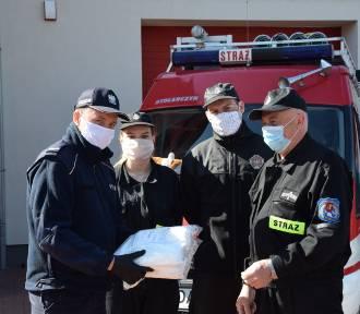 Strażacy z OSP przekazali maseczki komendzie w Pruszczu
