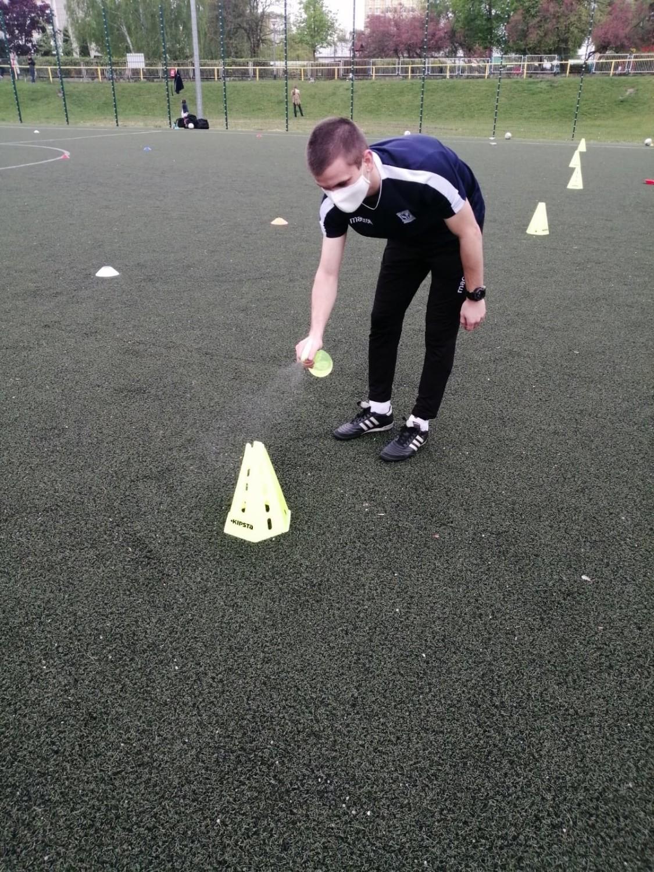 Młodzi piłkarze w Lech Poznań Football Academy nie opuszczają boiska bez dezynfekcji rąk