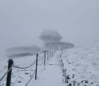 Do zimy daleko, ale na Śnieżce biały puch przykrył już obserwatorium
