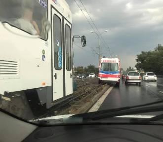 Kolizja na ul. Gdańskiej w Szczecinie. Karetka na torach