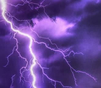 Alert pogodowy dla Dębicy. Ostrzeżenie przed silnym deszczem z burzami