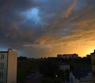Jeszcze przed chwilą niebo nad Wieluniem było spokojne.Nadciągnęła zapowiadana burza ZDJĘCIA