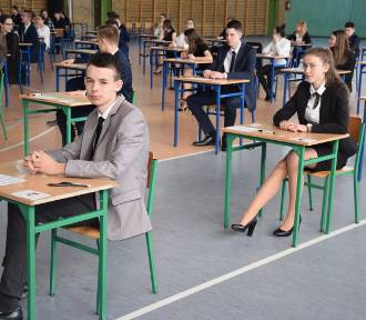 """Uczniowie klas gimnazjalnych z kościańskiej """"4"""" rozpoczęli testy"""