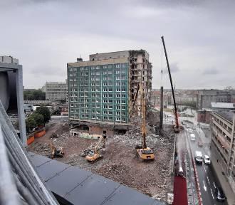 Trwa rozbiórka hotelu Silesia [Dzień 3] Nie ma już południowej ściany budynku ZDJĘCIA