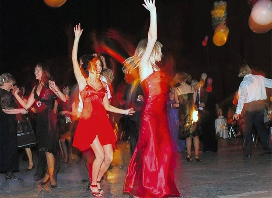 Tańce, hulanki i swawole w sylwestrową noc są dozwolone, ale gdy będą zbyt uciążliwe dla sąsiadów, mogą skończyć się nałożeniem mandatu, a w skrajnych przypadkach nawet aresztem
