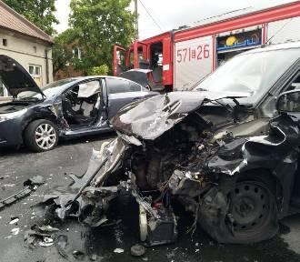 Wypadek na ul. Paprockiej w Zduńskiej Woli. Straż wycinała kobietę z auta ZDJĘCIA