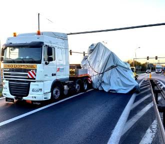 Pniewy. Z naczepy ciężarówki zsunął się ładunek. Policjanci kierują ruchem