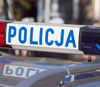 40-latek groził nożem matce, policjantom, a jednego z nich zranił