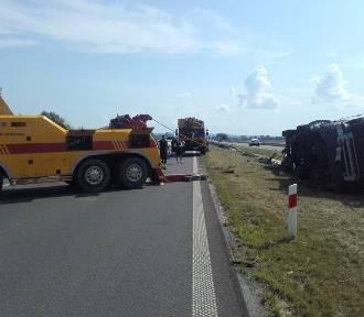 Na S7 przewróciła się ciężarówka. Ruch zablokowany