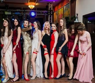 Studniówki 2018 w Małopolsce. Maturzystki pozują do pamiątkowych zdjęć z czerwoną podwiązką!