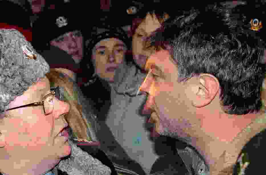 Borys Niemcow (z prawej strony) spiera się z rosyjskim milicjantem