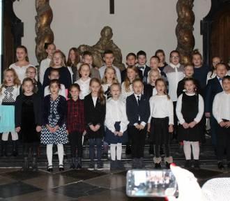 Ksinzoki śpiewali kolędy z uczniami SP nr 2 w Łowiczu