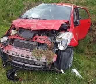 Wypadek na drodze krajowej nr 22. Samochód dachował w rowie