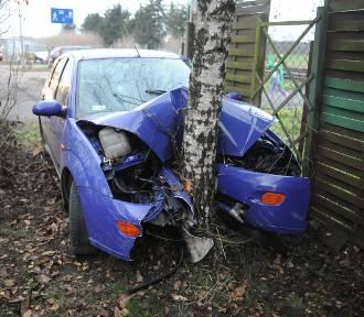 Wpadł  na teren posesji i rozbił auto na drzewie. Kierowca zbiegł