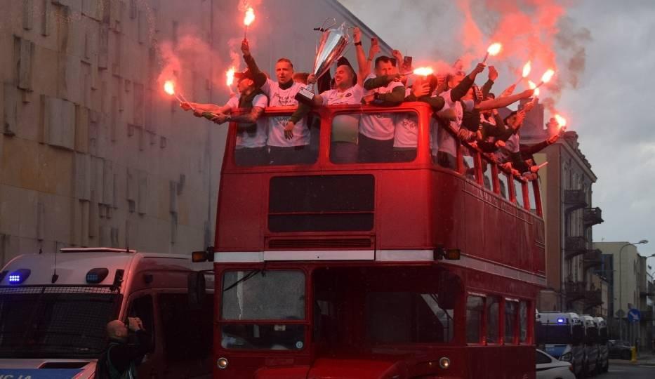 Tysiące kibiców świętują awans Radomiaka do ekstraklasy na Placu Jagiellońskim