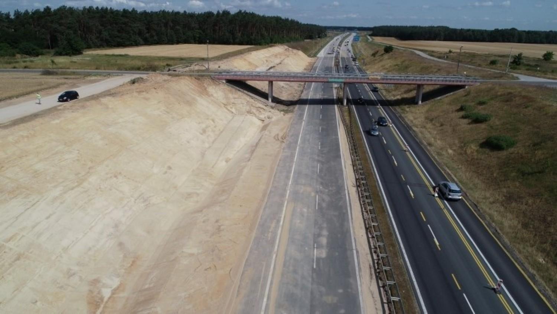 Tuszyn - Piotrków Trybunalski PołudniePrzypomnijmy, że pierwsze z przebudowywanych właśnie odcinków autostrady A1 oddane mają zostać do ruchu w czwartym kwartale 2021 roku