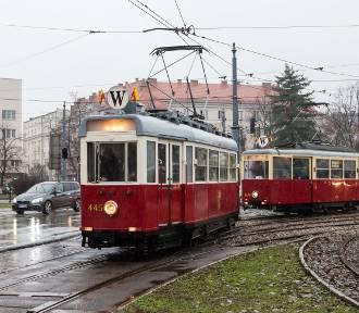 """Zabytkowe tramwaje w Warszawie. """"Perełki"""" z dawnych lat na placu Narutowicza [ZDJĘCIA]"""