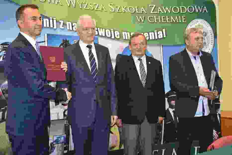 Wicepremier Jarosław Gowin podpisał umowę z PWSZ w Chełmie na  budowę betonowego pasa startowego