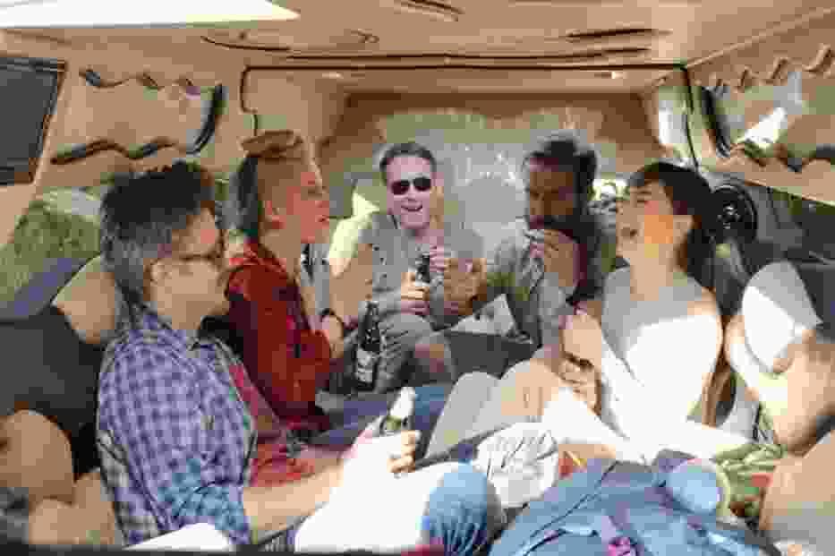 Od lewej: Maciej Zakościelny, Aleksandra Domańska, Marcin Perchuć, Piotr Stramowski i Agnieszka Więdłocha w scenie z filmu 'Po prostu przyjaźń'