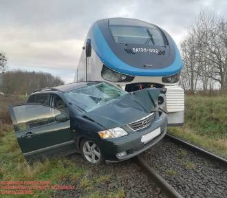 Kierowca osobówki wjechał pod pociąg [ZDJĘCIA]