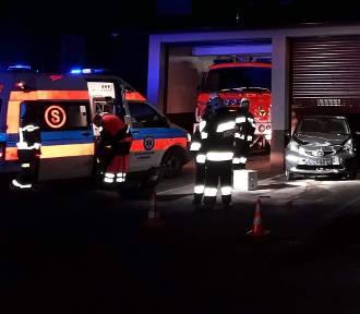 Samochód wjechał do remizy strażackiej przez... zamkniętą bramę