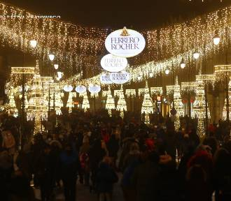 Tłumy warszawiaków na Krakowskim Przedmieściu. Brak dystansu i kolejki