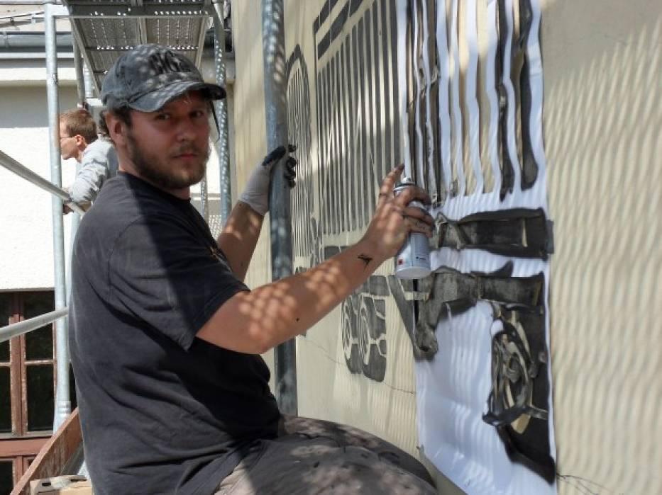 M-City maluje mural przy Teatrze Powszechnym