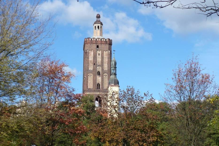 Widoczne z daleka dwie wieże w jesiennej krasie intrygują i przyciągają