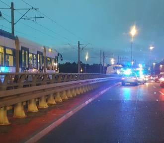 Wypadek na Basenie. Samochód zablokował tory