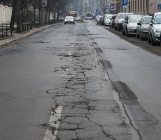 Dziurawe jezdnie w okolicach remontowanej ul. Królewskiej [ZDJĘCIA]