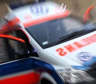Potrącenie kobiety na parkingu marketu. Interweniuje policja i pogotowie ratunkowe