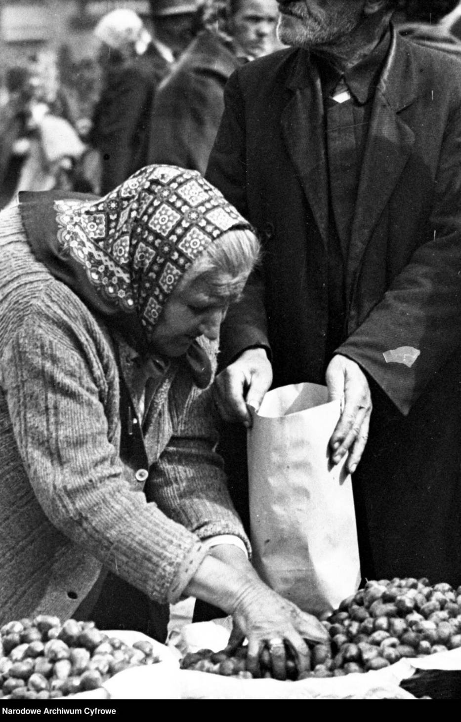 Na zdjęciu: uliczna handlarka1931 rok