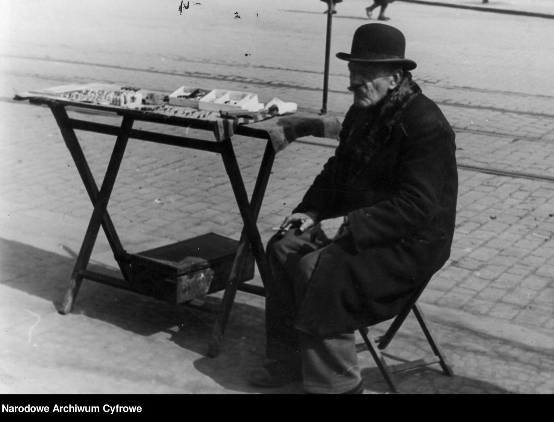 Uliczny handlarzNa zdjęciu: stoisko staruszka sprzedającego bibeloty na ulicy