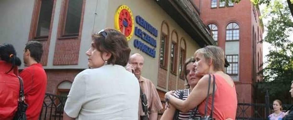 Rodziny i bliscy górników czekają przed oparzeniówką na informacje o ich stanie