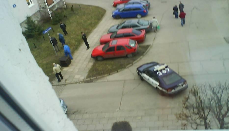 Zdjęcie z okna na poszukiwania łuski przez policję i wydział kryminalny
