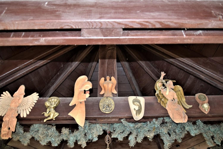 Przydrożna domkowa kapliczkaz figurką Matki Boskiej w Przychodzku