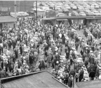 Zobacz, czym handlowano na targowiskach w czasach PRL [DUŻO ZDJĘĆ]