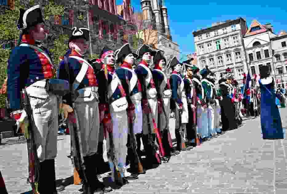 Przed południem Rynek Staromiejski zapełnił się żołnierzami armii Księstwa Warszawskiego i wojskami Napoleona