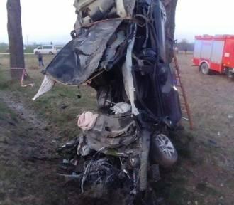 Straszny wypadek na Dolnym Śląsku! Młody mężczyzna zginął na miejscu, drugi walczy o życie [FILM]