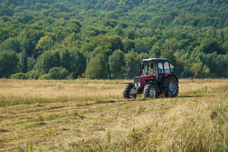 Traktory używane są w rolnictwie, transporcie, firmach komunalnych i drogowych