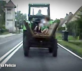 Traktorem wiózł wnuki i żonę. Jak za dawnych lat