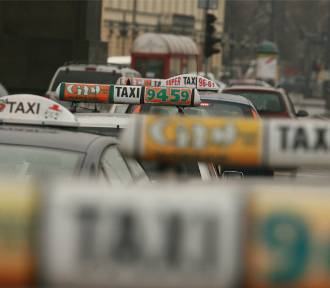 Wypadek na rondzie Waszyngtona. Taksówka uderzyła w przejście podziemne