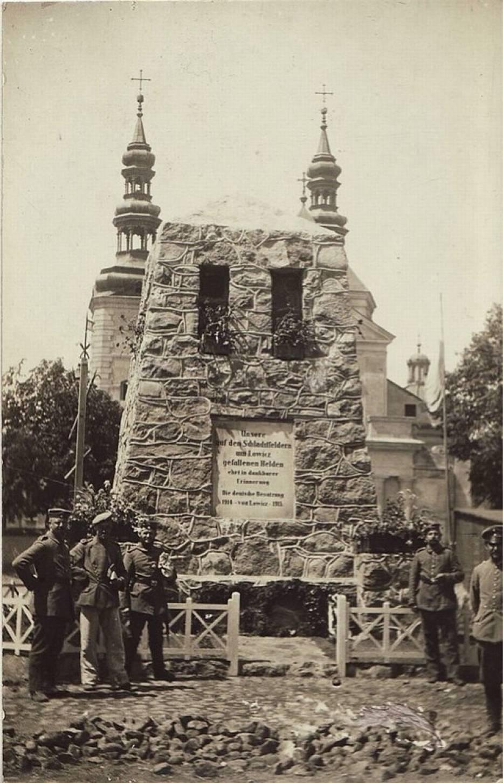Niemiecki pomnik na Starym Rynku w Łowiczu