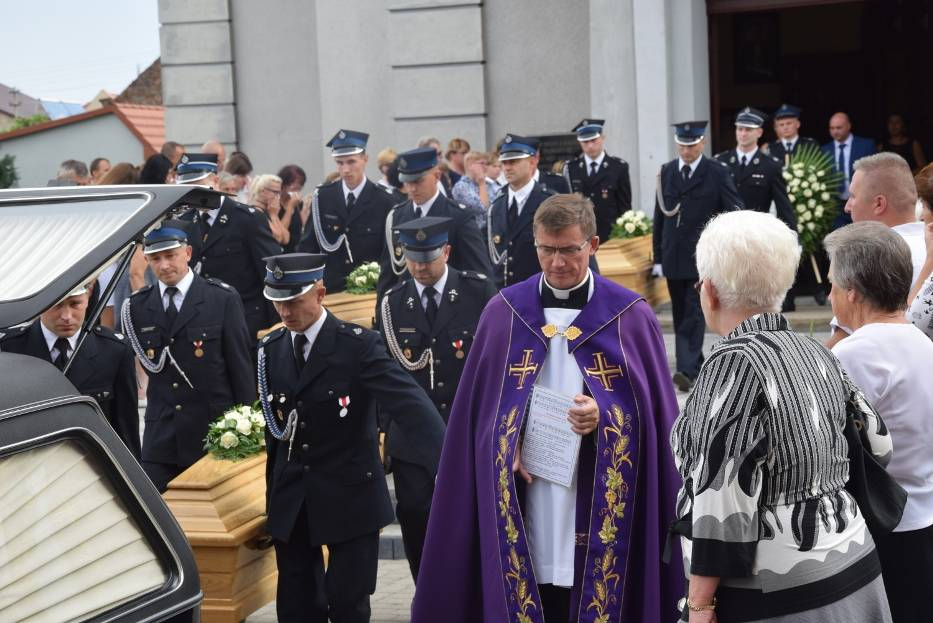 SULMIERZYCE: Ostatnie pożegnanie tragicznie zmarłego rodzeństwa z Sulmierzyc [ZDJĘCIA]