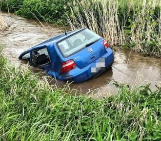 Wypadek pod Wrocławiem. Golf wyleciał w powietrze i wpadł do rzeki [ZDJĘCIA]