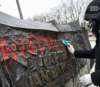 Pomnik Jana Pawła II zdewstowany. Sprawę bada policja. ZDJĘCIA