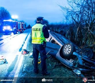 Wypadek w Pietrzykowie koło Kalisza. Auto dachowało w rowie. Ciężko ranny 23-latek. ZDJĘCIA